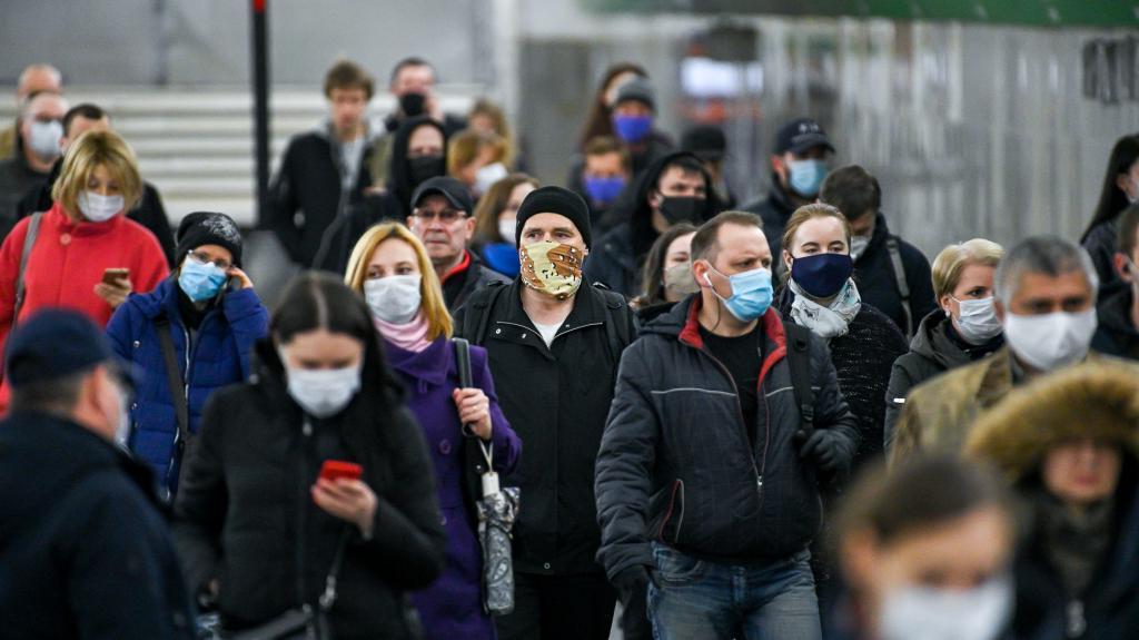 """Москвичи или петербуржцы? Социологи выяснили, жители какой из """"двух столиц"""" больше боятся третьей волны коронавируса"""