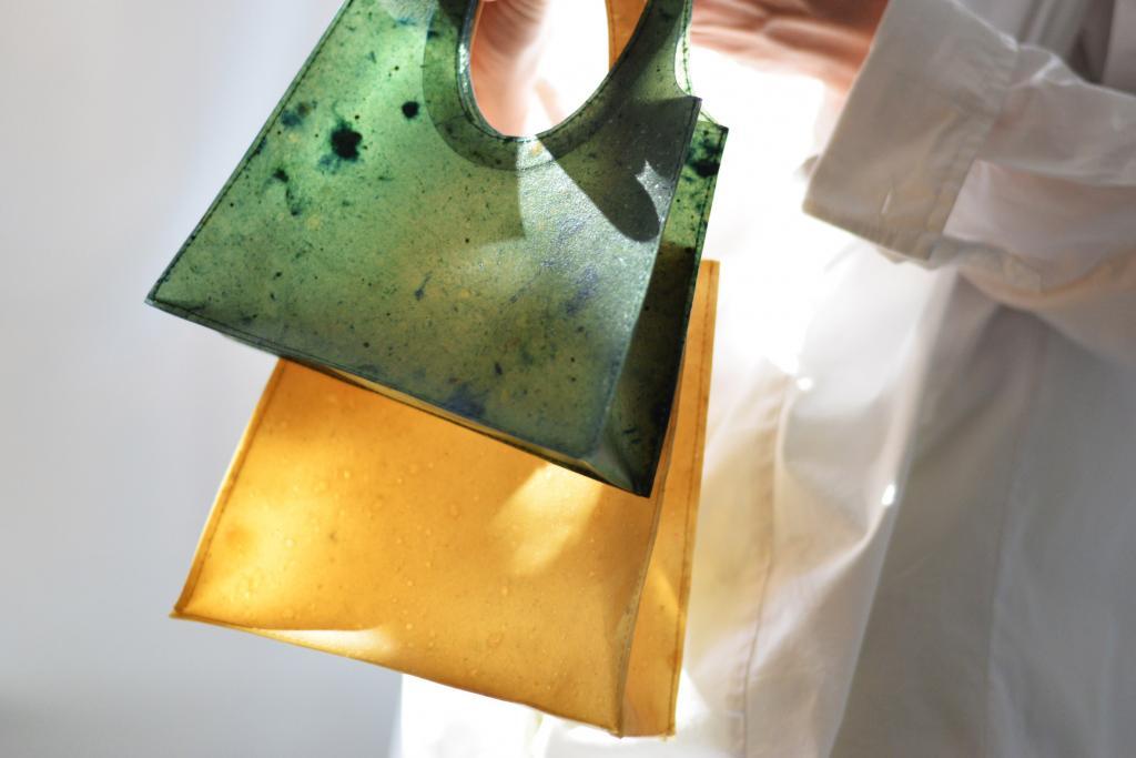 Берлинские студенты создали сумочку из фруктовой кожуры, которая растворяется в воде и превращается в удобрение для растений