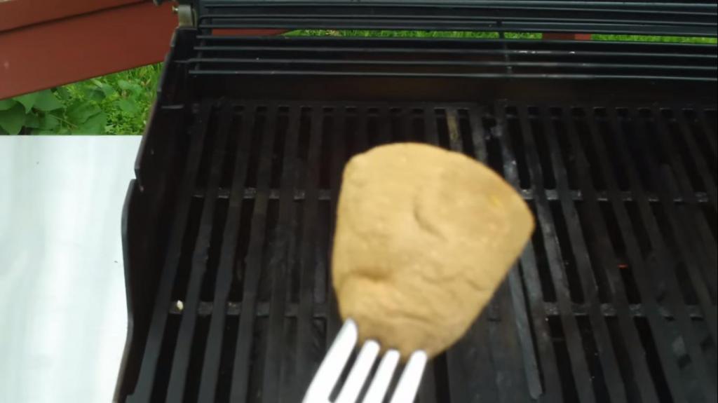 Чтобы мясо не прилипало к грилю: простой лайфхак с половинкой картофеля