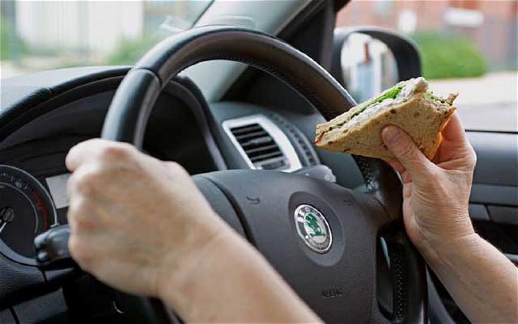 Не только жевательная резинка и перекус:экспертназвал запрещенные за рулем действия