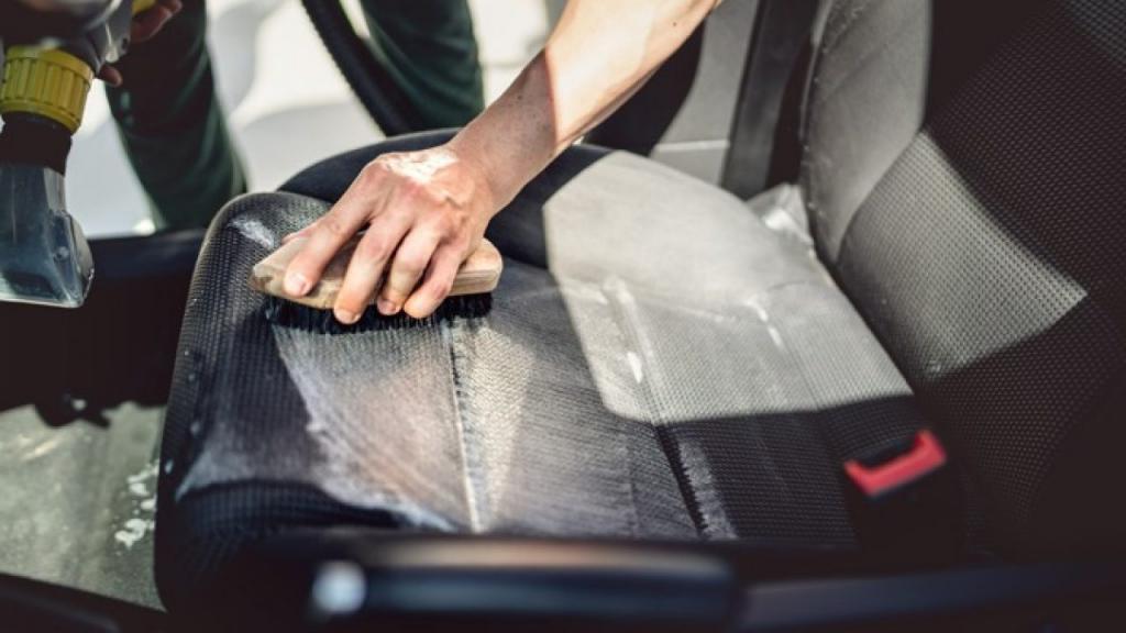 Как очистить салон авто от жирных пятен. Помогут аммиак, перекись и салфетки