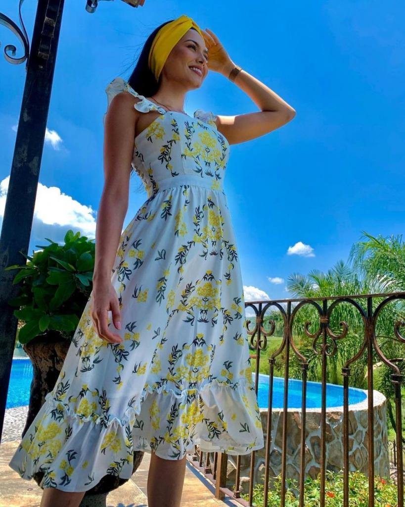 Платье с цветочными мотивами и рюшами в сочетании с банданой: летние образы в стиле кэжуал от Мисс Вселенная 2020