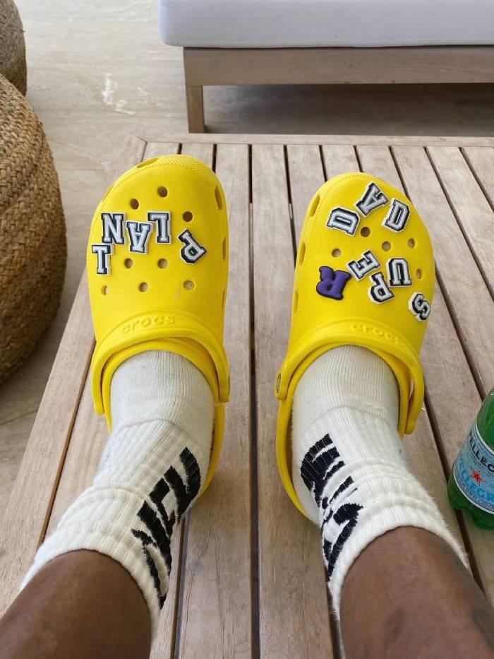 Обувь не только для дачи и огорода. Как кроксы освоились на подиуме и ногах знаменитостей
