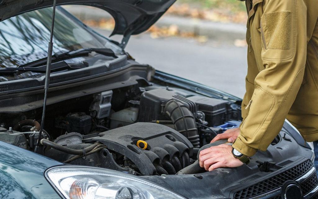 Не только неудобно, но и запрещено: как не получить штраф, самостоятельно заменяя масло в своем автомобиле