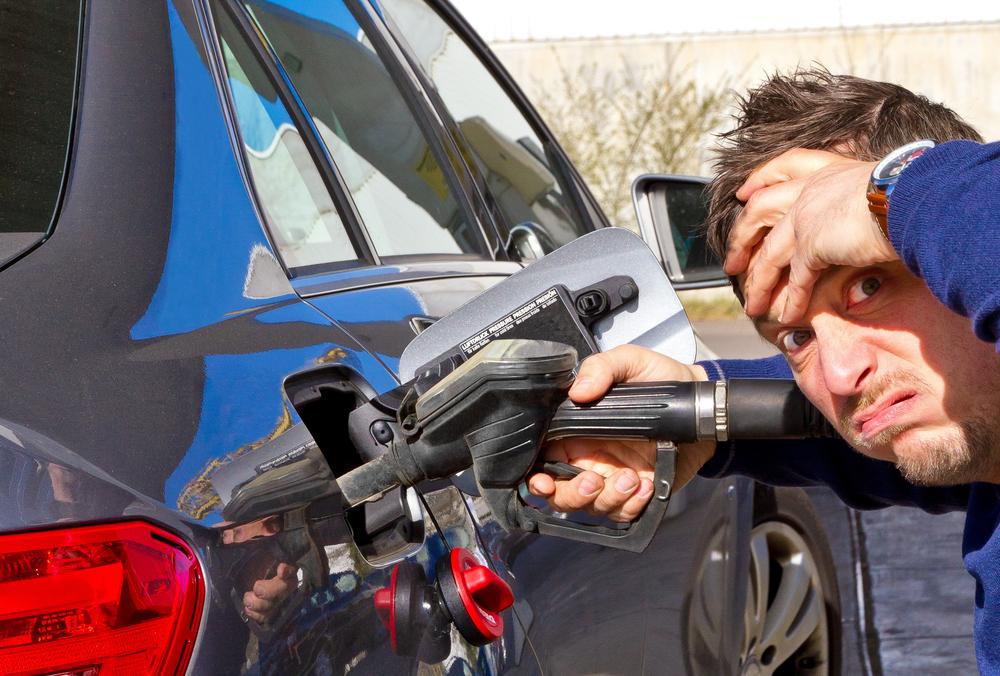 Дешевый бензин и лекарство от головной боли: чего не хватает россиянам на АЗС