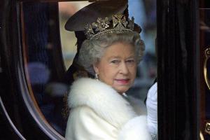 Без каких вещей королева Елизавета никогда не отправляется в путешествие?