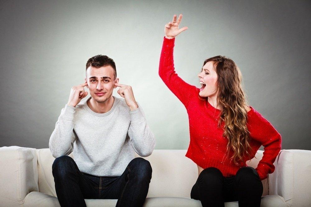 """Люди-пилы: чем руководствуются партнеры, которые постоянно """"пилят"""" другого в отношениях"""