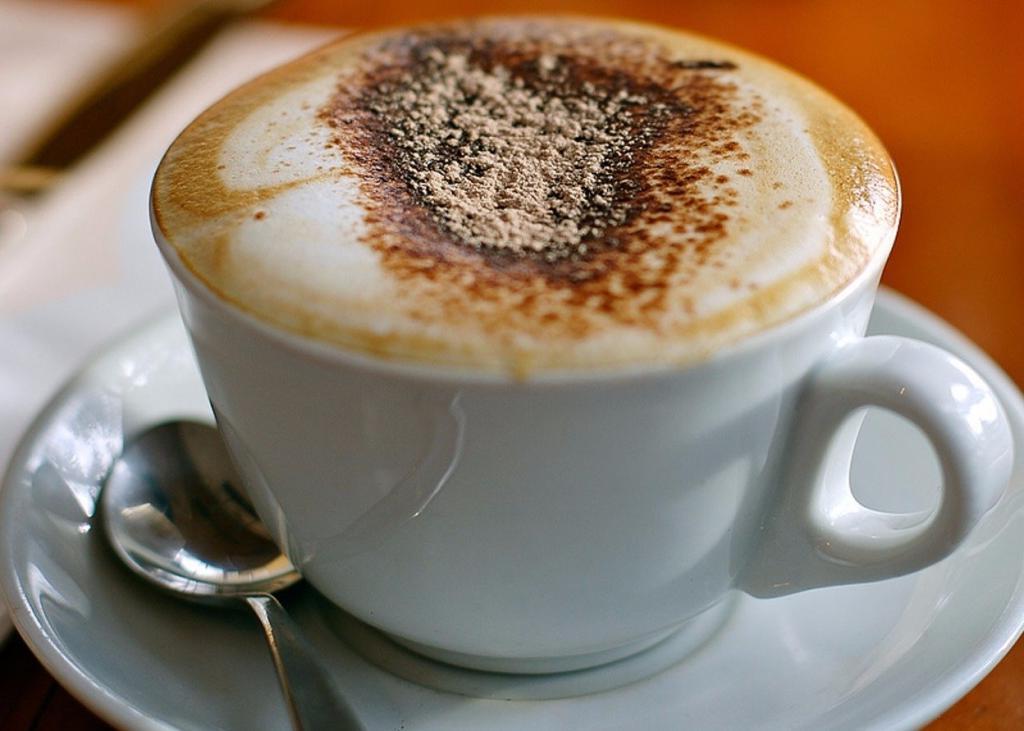 О кофе, сладостях и воде с лимоном: что полезно, а что вредно на завтрак и голодный желудок (врачи развеяли все мифы)