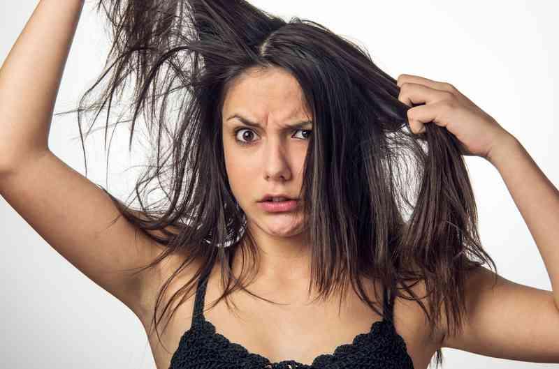 Частые разговоры по телефону и грязные волосы: малоизвестные причины появления акне и способы борьбы с ними