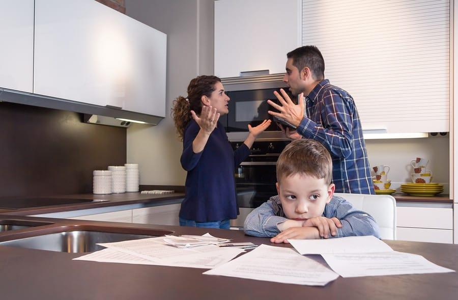 Дети лучше интегрируются в общество: драгоценные уроки жизни, которые ребенок может получить от развода родителей