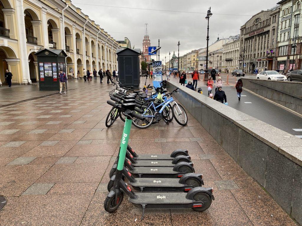 Аналитики узнали процент россиян, поддерживающих введение законодательных ограничений для вождения электросамокатов