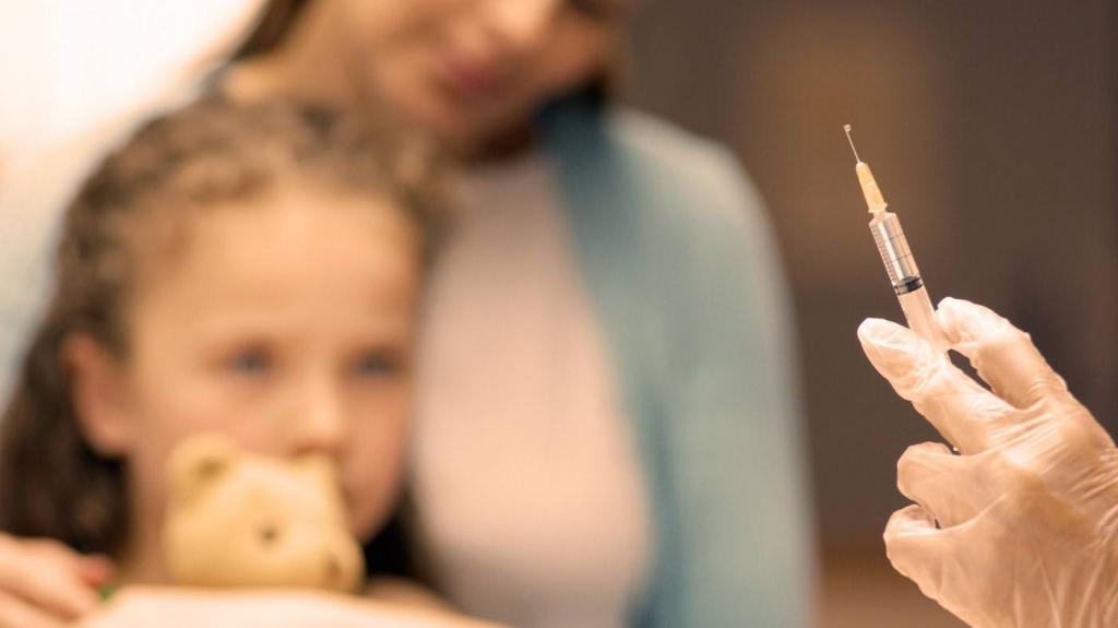 Недоверие сменяется раздражением от стояния в очереди: почему люди боятся вакцинироваться и как преодолеть этот страх