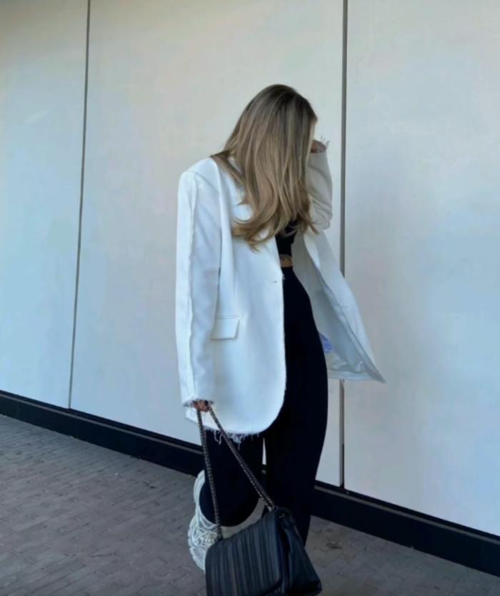 Идеальны для прохладных дней: как вписать в свой образ летние пиджаки и жакеты (тренды и советы)