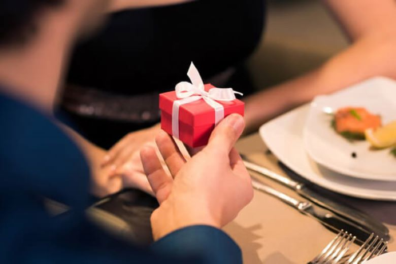 Когда мужчины дарят женщинам дорогие подарки: мнение психологов