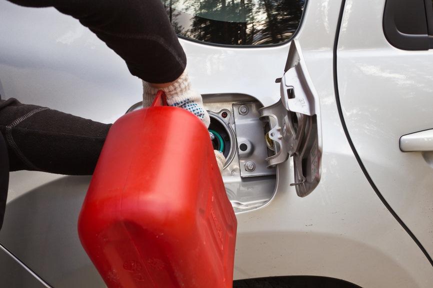 Дым, звуки и снижение мощности: признаки того, что в бак залили некачественный бензин
