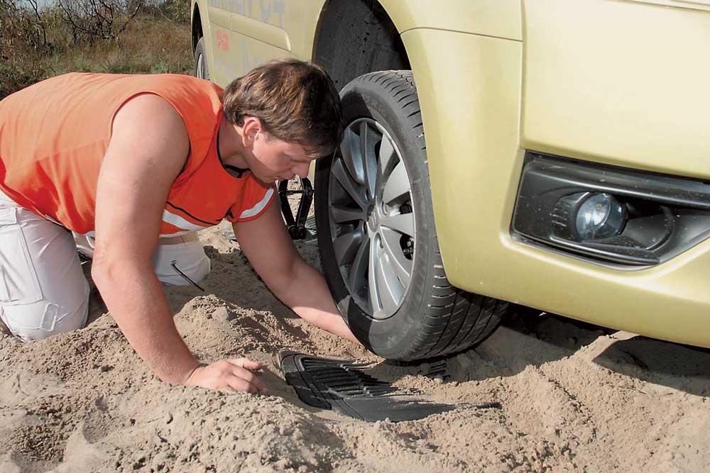 Приспускаем шины или усиливаем сцепление: советы о том, что делать, если автомобиль застрял на бездорожье