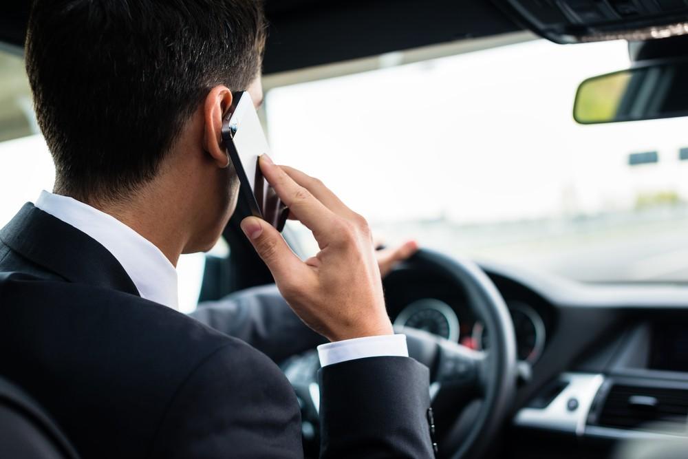 Скрытый надзор: инспекторы ГИБДД будут отслеживать водителей, которые разговаривают по телефону во время управления ТС