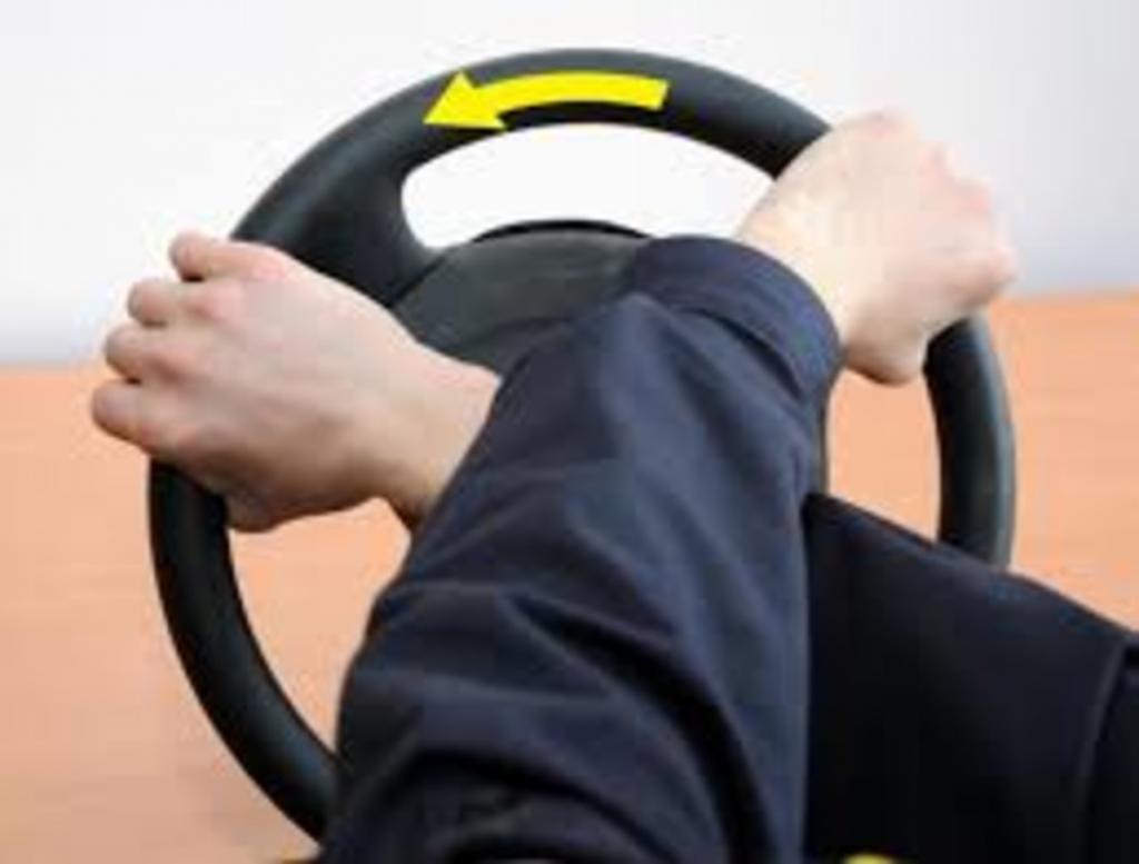 Для устойчивого движения автомобиля, поворотов вправо и влево без крена водитель должен научиться правильно удерживать руль в руках