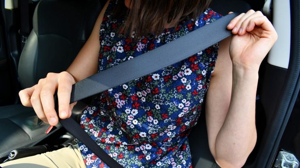 Верхняя часть ремня безопасности не должна касаться шеи: пристегиваемся в автомобиле правильно