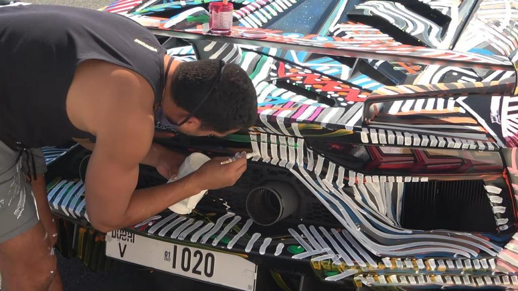 Способ привлечь внимание: владелец Lamborghini разукрасил свой суперкар Aventador