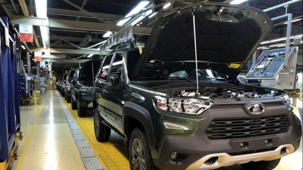 """Из-за кризиса микрочипов """"АвтоВАЗ"""" не будет работать сверхурочно в сентябре, а также ограничил выпуск некоторых моделей авто в августе"""