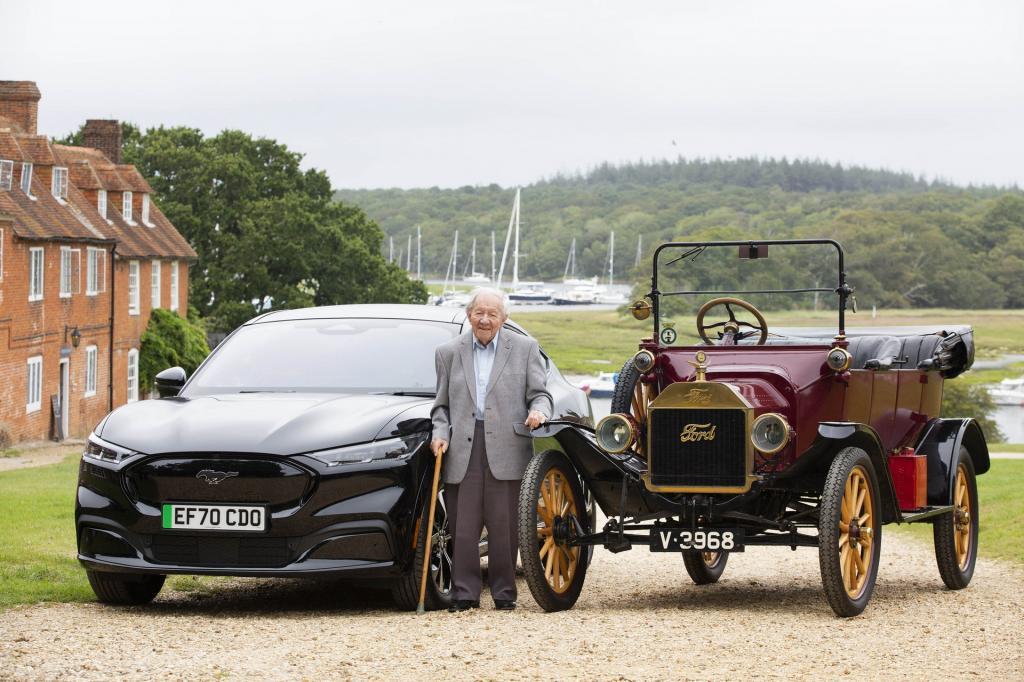 Компания Ford решила порадовать 101-летнего автолюбителя, дав ему погонять на электрокаре Mustang Mach-E