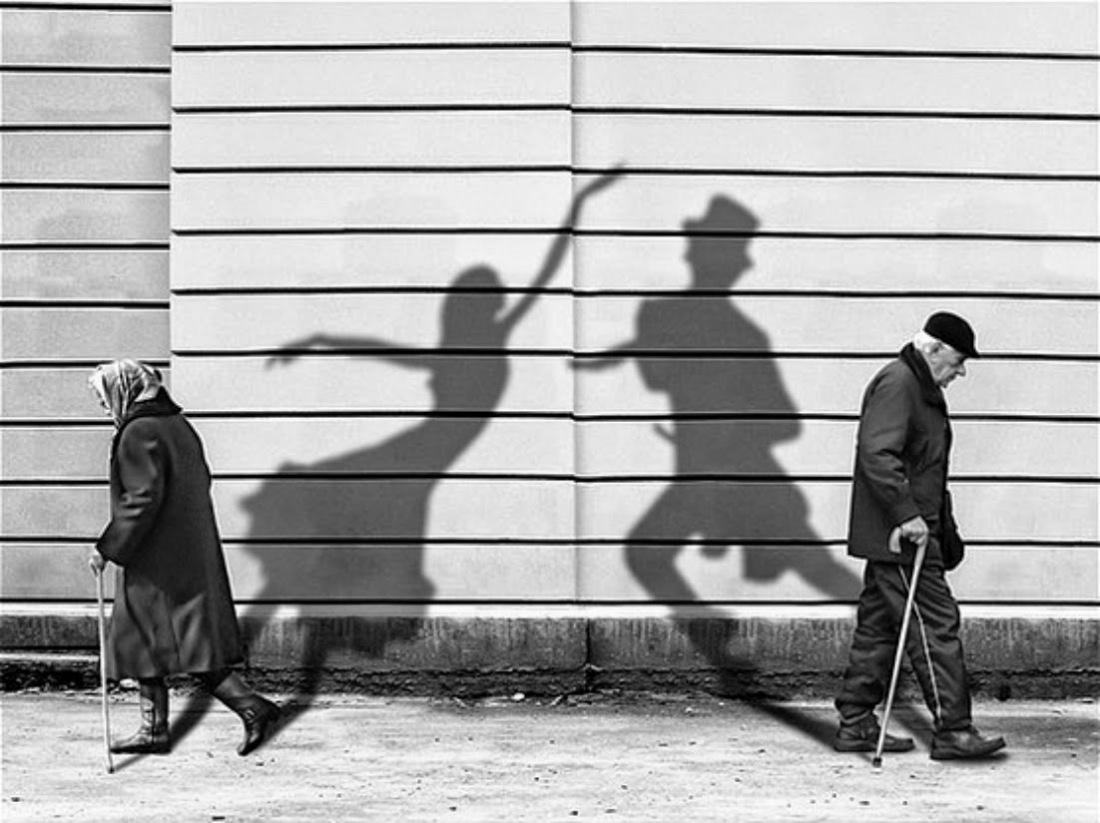 Старикан прет молодую 3 фотография
