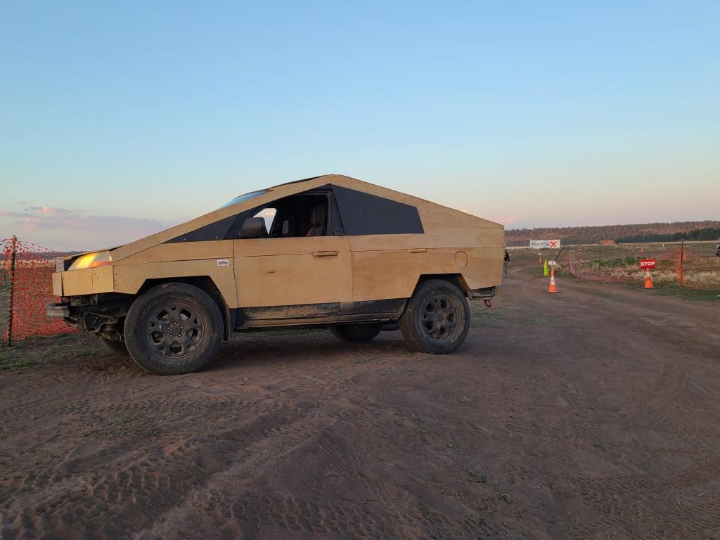 Любитель электрокаров Тесла создал свой «Плибертрак» с кузовом из фанеры