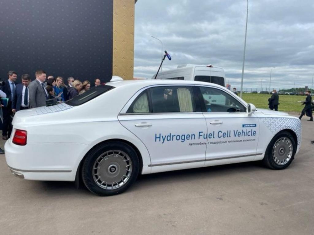 В России на ВЭФ-2021 представлен новый Aurus. Топливом для автомобиля служит жидкий водород, поэтому совсем отсутствуют выбросы СО2