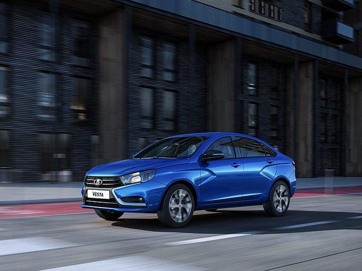 АвтоВАЗ выпустил 600-тысячную Lada Vesta SW Cross синего цвета: какими были другие автомобили - юбиляры российского автопрома