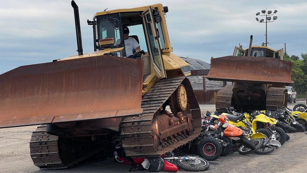 Как уничтожают конфискованные нелегальные мотоциклы в США (видео)