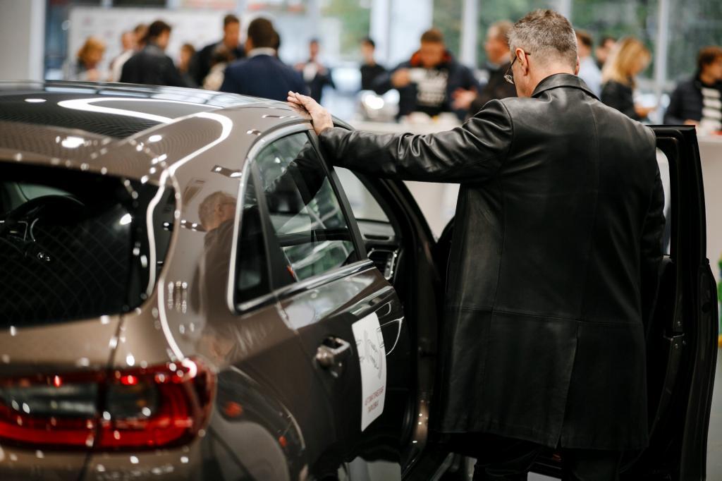 Россияне откладывают покупку новых авто: ждать ли снижения цен в 2022 году