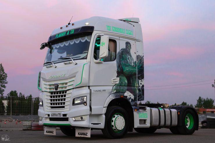 Частный владелец сделал рестайлинг автомобиля КамАЗ. Теперь грузовик «Халк» — воплощение тюнинга, хромированной аэрографии и красоты