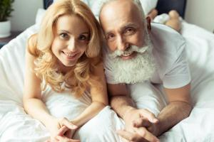 Почему женщинам нравятся мужчины постарше?