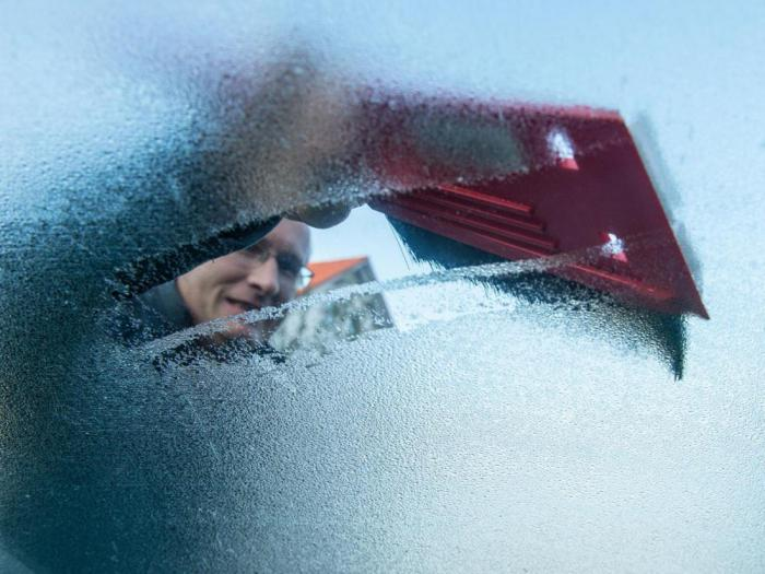 Science help: how to quickly defrost the windshield
