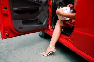 Какие вещи не стоит оставлять в машине: топ-9