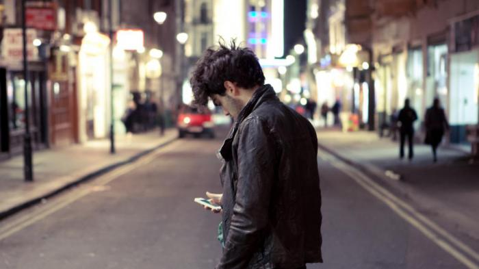 Мужчина на улице в телефоне