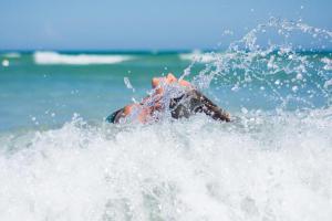 Невероятно, но факт! Океанская волна разорвала артерию на шее женщины