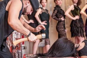 Экстрим в сибирском салоне красоты: стрижка топором от Даниила Истомина (видео)