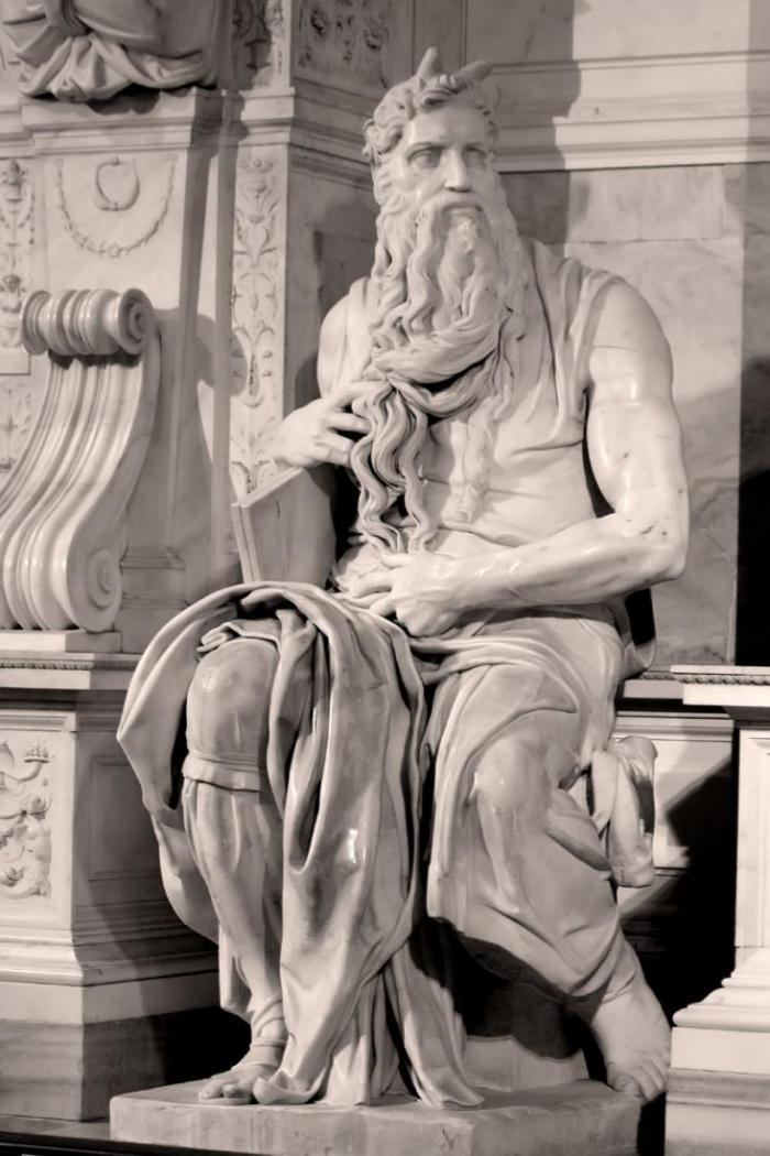 В руках у скульптуры