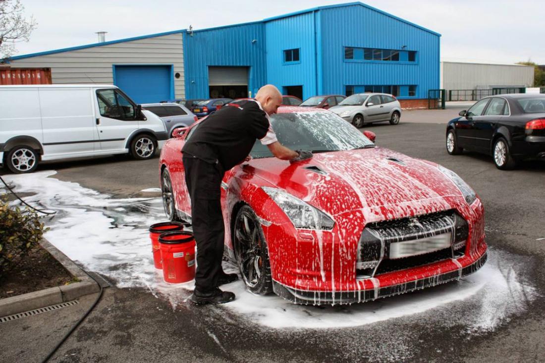 Картинка как моют машину
