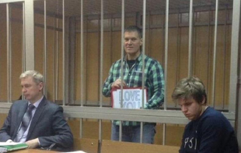 Американец в русском СИЗО ведет дневник и изучает погоны и звания