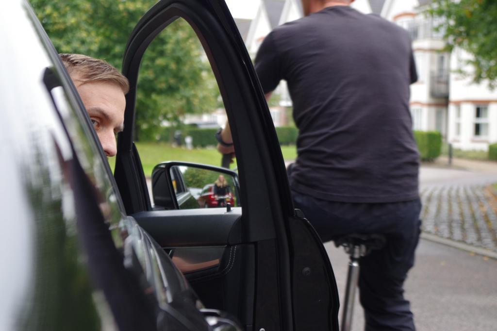 Почему водителю всегда нужно открывать дверь машины правой рукой