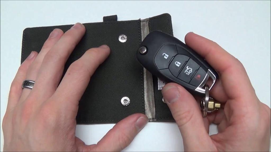 Новый тренд набирает популярность: зачем люди во всем мире заворачивают ключи от машины в фольгу