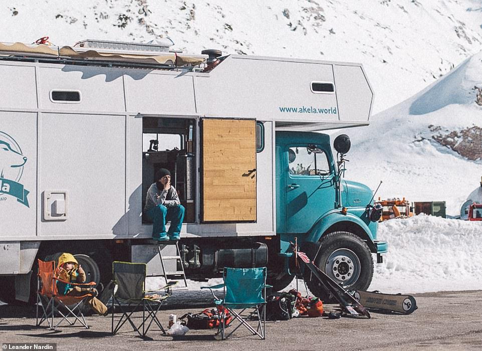 Пара с ребенком провела два года, путешествуя по миру в переоборудованном 40-летнем военном грузовике