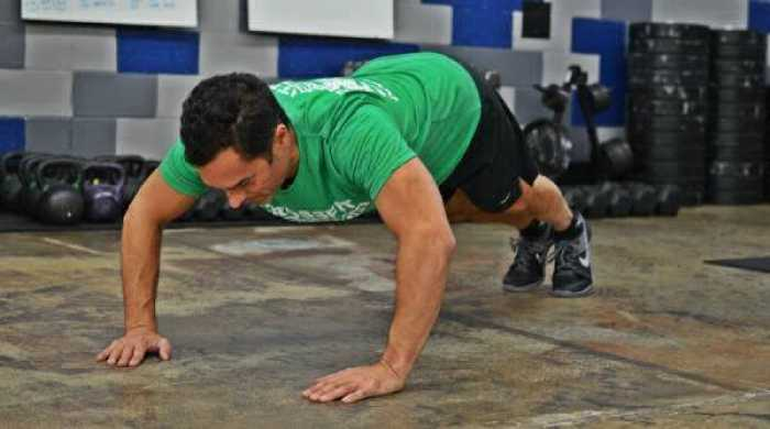 Совершая распространенные ошибки при отжимании, человек сводит эффект упражнения к нулю
