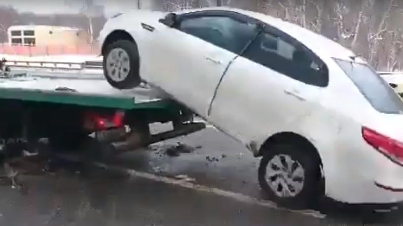 Водитель-супермен спрыгнул на автомобиле с эвакуатора в Москве (видео)