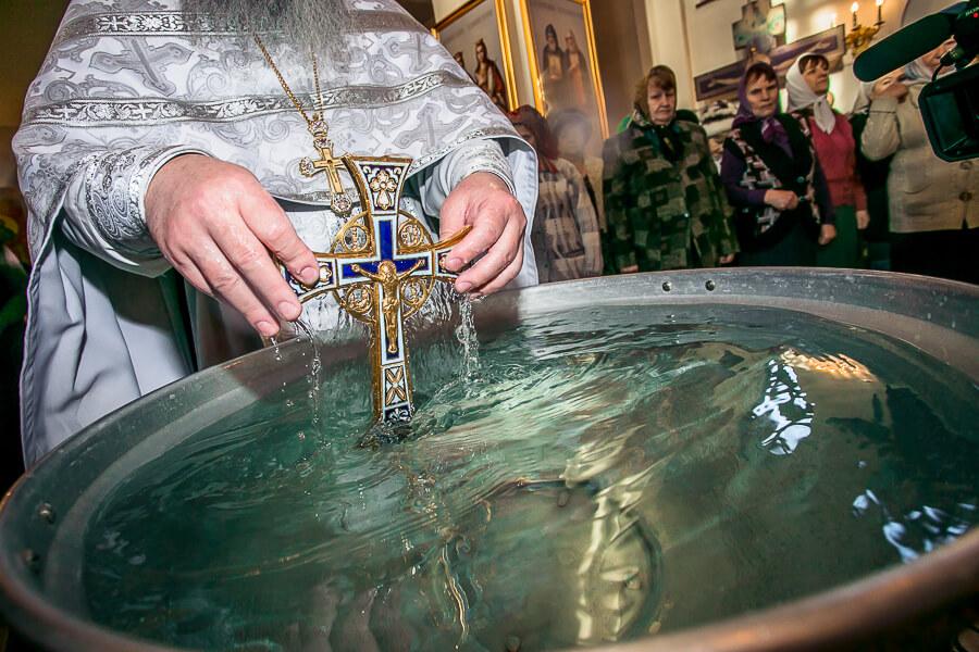 Учимся правильно обращаться с крещенской водой: что с ней нельзя делать