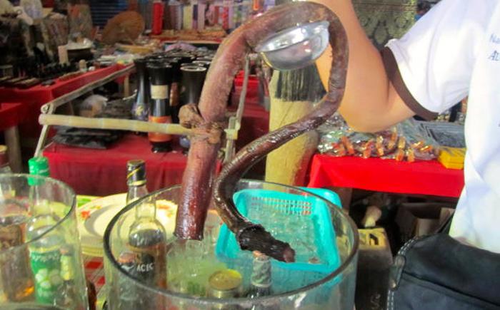 Мясо игуаны, змеи, летучей мыши... Странные супы, которые готовят в далеких от России странах