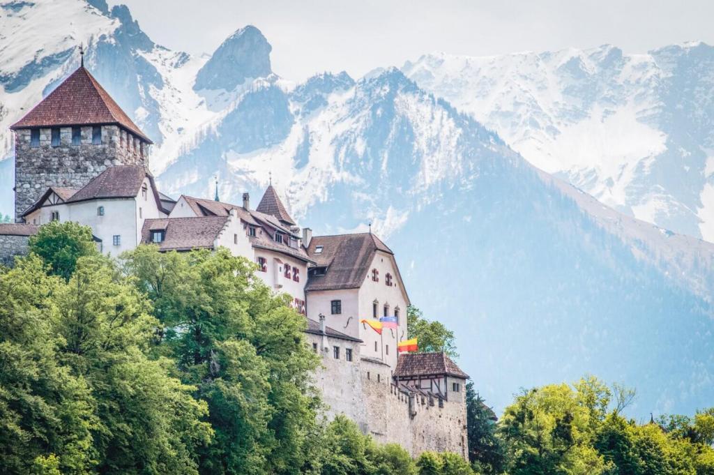 Что не так с Лихтенштейном: в самой богатой стране нет аэропорта, поездов, официального перерыва на обед